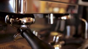 Machine de café Machine professionnelle de café dans une fin de barre  Machine de fabricant de café banque de vidéos