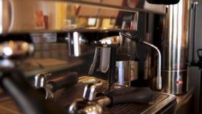 Machine de café Machine professionnelle de café dans une fin de barre  Machine de fabricant de café photographie stock