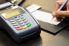 Machine de carte de crédit avec la transaction de signature Photographie stock