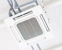 Machine de climatiseur de ventilation d'air de plafond images stock