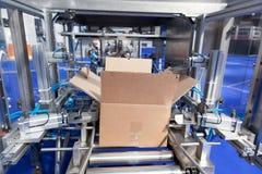 Machine de conditionnement automatique de boîte de paquet de carton photographie stock libre de droits