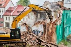 Machine de coup retentissant d'excavatrice à la démolition sur le chantier de construction images libres de droits