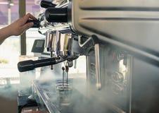 Machine de fabricant de café grande versant sur la tasse Photos stock