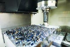 Machine de fraisage de commande numérique par ordinateur à l'industrie de métal ouvré Précision de Multitool fabriquant et usinan image libre de droits