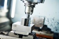 Machine de fraisage de commande numérique par ordinateur à l'industrie de métal ouvré Usinage de précision de Multitool Profondeu photographie stock