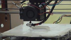 machine de l'imprimante 3d imprimant l'anneau blanc de plastick sur le support banque de vidéos