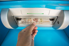 Machine de Person Withdrawing Money From Atm Photographie stock