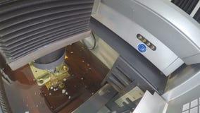 Machine de pointe au travail dans l'atelier de production banque de vidéos