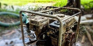 Machine de pompage pour vidanger l'eau dans les champs photos libres de droits