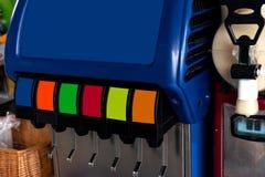Machine de presse de boisson non alcoolisée avec beaucoup de saveurs photographie stock libre de droits