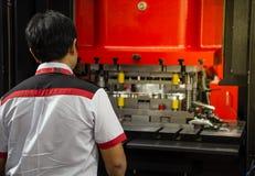 Machine de presse hydraulique de contrôle d'homme photo libre de droits