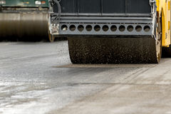 Machine de rouleau de route travaillant à l'asphalte frais Image stock