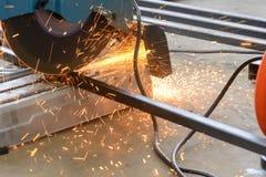 Machine de sawing circulaire de lame de fibre images libres de droits