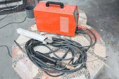 Machine de soudure à l'arc électrique avec des électrodes de soudure sur la table Photo stock