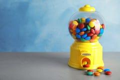 Machine de sucrerie avec les festins colorés sur la table grise images libres de droits