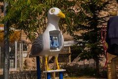 Machine de téléphone peu commune sur la rue sous forme de mouette d'oiseau Uchisar Cappadocia, Turquie photographie stock libre de droits