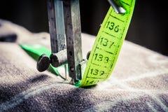 Machine de tailleur avec la bande verte de tailleur Photo stock