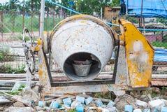 Machine de tambour de mélange souillée sale dans le chantier de construction désordonné image libre de droits