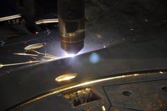 Machine de torche de coupe de laser dans un m?tal de formulaire d'ensemble industriel photos stock