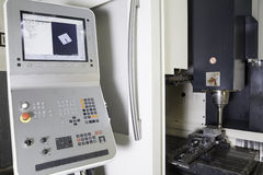 Machine de tour de commande numérique par ordinateur Photographie stock libre de droits