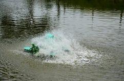 Machine de turbine de l'eau dans l'étang à la campagne Photo libre de droits