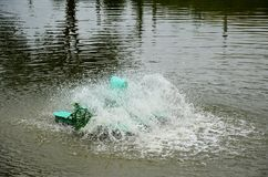 Machine de turbine de l'eau dans l'étang à la campagne Photo stock