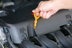 Machine de vérification en gros plan d'huile sur une voiture Photo stock