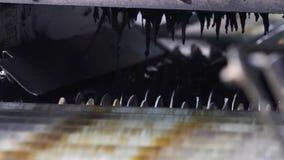 Machine die banden produceren uit gerecycleerd rubber stock footage