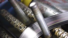 Machine die banden produceren uit gerecycleerd rubber stock video