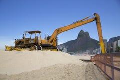 Machine die in Ipanema-Strand Rio de Janeriro werken stock fotografie