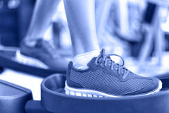 Machine elliptique de séance d'entraînement de cardio- exercice dans le gymnase Image stock