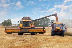 Machine et tracteur de moissonneuse à la récolte Photo stock