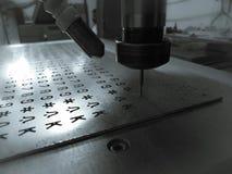 Machine fonctionnante de commande numérique par ordinateur avec l'aluminium photos stock