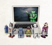 Machine het leren concept met retro robots bij een laptop computer royalty-vrije stock afbeeldingen