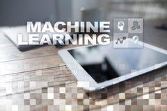 Machine het leren Tekst en pictogrammen op het virtuele scherm Zaken, Internet en technologieconcept Royalty-vrije Stock Afbeelding