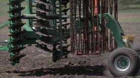 Machine het oogsten sojabonen in een landbouwbedrijf stock footage