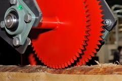 Machine industrielle de travail du bois avec le disque circulaire de scie photo stock