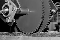 Machine industrielle de travail du bois avec le disque circulaire de scie Image modifi?e la tonalit? photographie stock libre de droits