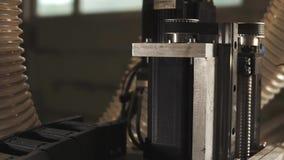 Machine industrielle réalisée avec les tubes en plastique et les détails mobiles, plan rapproché clips vidéos