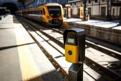 Machine jaune-foncé de validation de billet sur un chemin de fer, gare Image libre de droits
