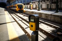 Machine jaune-foncé de validation de billet sur un chemin de fer, gare Photo stock