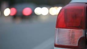 Machine légère avec le signal léger inclus de secours ville de nuit avec des voitures banque de vidéos