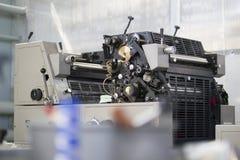 Machine moderne de presse typographique dans une maison d'impression image stock