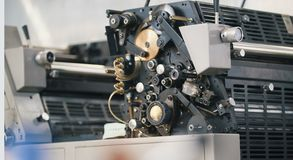 Machine moderne de presse typographique dans une maison d'impression photographie stock libre de droits