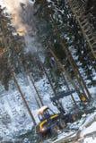 machine moderne de sylviculture dans une forêt d'hiver images stock