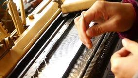 Machine moderne pour tricoter sur le moulin de tissage clips vidéos