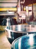 Machine-outil pour le traitement en métal des soupapes d'arrêt photo stock