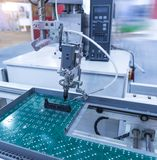 machine-outil robotique de main à l'usine industrielle images libres de droits