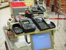 Machine par la carte de crédit dans le supermarché Photo libre de droits