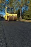 Machine pour l'asphalte de compactage images stock